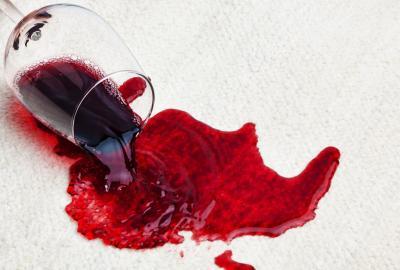 Jak usunąć plamę z wina?